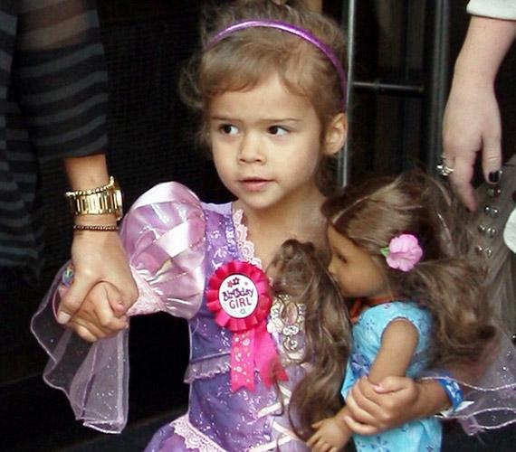 A kis Honor születésnapján hercegnőjelmezt viselhetett, ruhájáról a születésnapos kitűző sem hiányzott.
