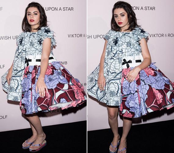 A 22 éves énekesnő, Charlie XCX ruhája teljesen kiborította az internetezőket. Egyesek a papucsot szidták, míg mások szerint a ruha szabása volt katasztrofális.