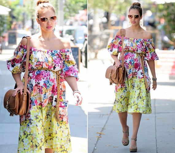 Vásárolgatáshoz lenge, virágmintás ruhát választott - szemből alig észrevehető a gömbölyödő pocak.