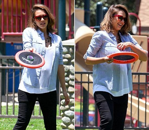 Jessica kényelmes ingben és nadrágban játszott lányával, mint látszik, várandósan is igyekszik lazán, de csinosan öltözködni.