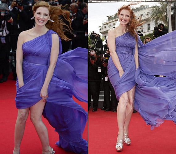 A színésznő mosolyogva, ám feszengve próbálta megfékezni rakoncátlan szoknyáját.