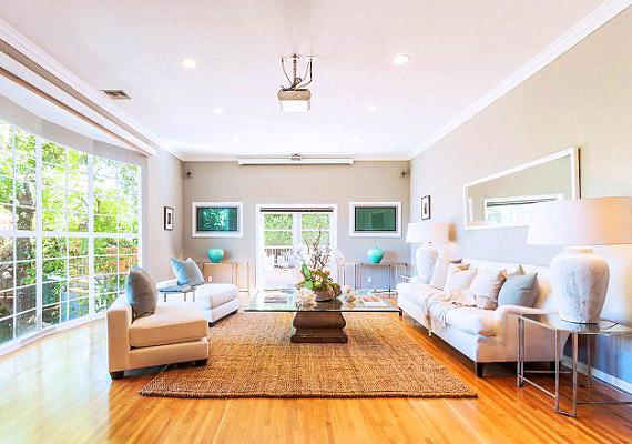 A 330 négyzetméter ház roppant világos a faltól falig ablakok miatt.