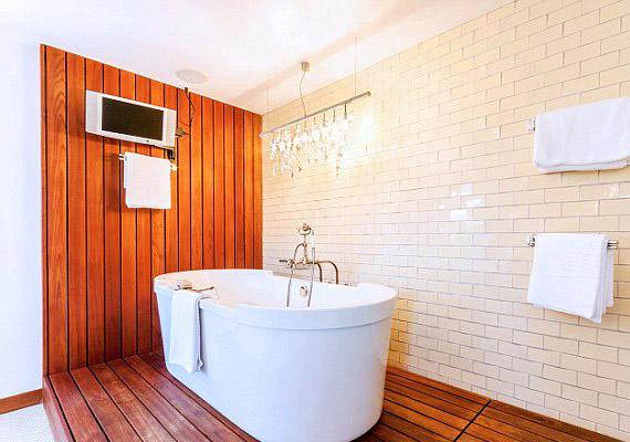 A finn szaunák hangulatát próbálták megidézni a kádas fürdőszobában.