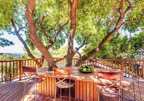 A házat úgy hirdetik, mint aminek az erkélyéről 280 fokos kilátás nyílik Los Angelesre. Emellett igyekeztek a fákat is beépíteni a házba.