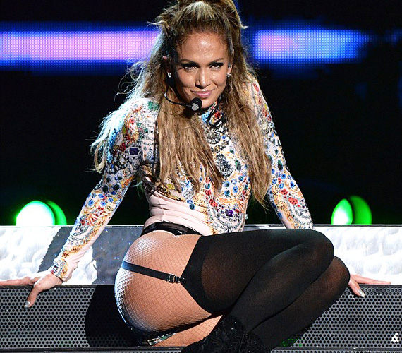 Jennifer Lopez büszke vonalaira, nem szégyenlősködött a színpadon még akkor sem, amikor harisnyatartót idéző ruhában állt a közönség elé.