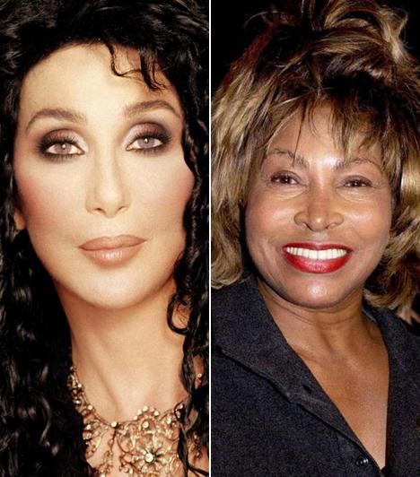 Cher és Tina Turner                         Bár a két énekesnő között van 7 év korkülönbség, az idősebb Tina Turner mégis jobban néz ki, mint Cher, akinek szinte nincs egy sejtje se már, ami a saját, eredetije lenne.