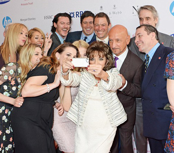 Joan Collins B-listás sztárokkal fotózkodott, bár köztük volt Jeremy Irons és Ben Kingsley is.