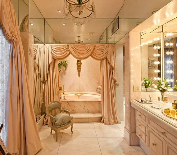Imádott a fürdőszobában pepecselni, ahol szintén királyi pompa vette körül.