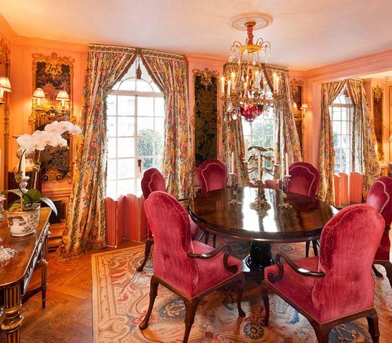 A színésznő gyakran viccelődött azzal, hogyMarie Antoinette is ilyen lakásban élt volna, ha lett volna pénze.