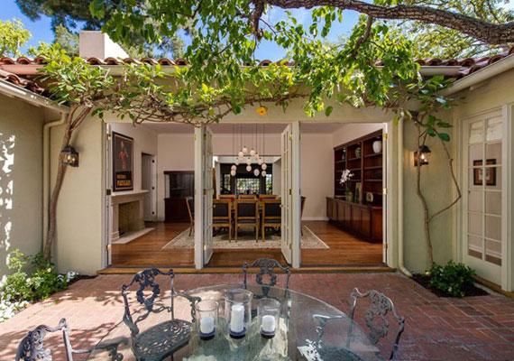 A spanyol stílusú villa belső terei és a kert harmonikus egységet alkotnak.