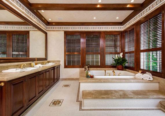 Az biztos, hogy a fürdőszobában egy többtagú csalás is kényelmesen készülődhetne.