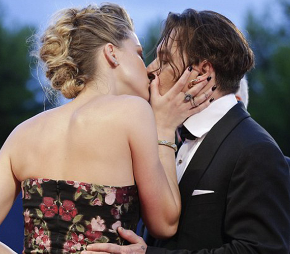 A színésznő hosszasan csókolta szerelmét, aki a képek tanúsága szerint egy idő után már nem igazán tudta mire vélni a dolgot.