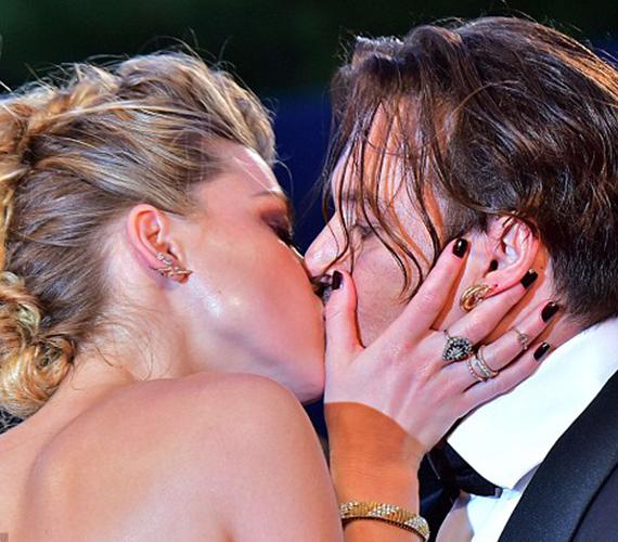 Alig léptek a vörös szőnyegre, Amber már nyúlt is férje felé, hogy magához húzza, és szerelmesen megcsókolja. Erre nyilván azért volt szükség, hogy megcáfolja a szakításukról szóló pletykákat.