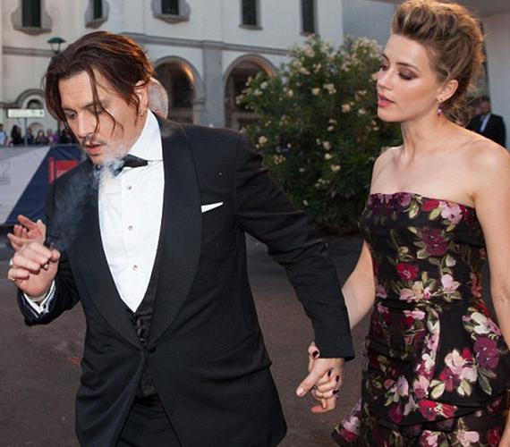 A rajongók másik része arra gondolt, hogy Amber azért kapta le Johnnyt a fotósok előtt, hogy elterelje a figyelmet arról, a színész egy égő szivarral a kezében érkezett a premierre.