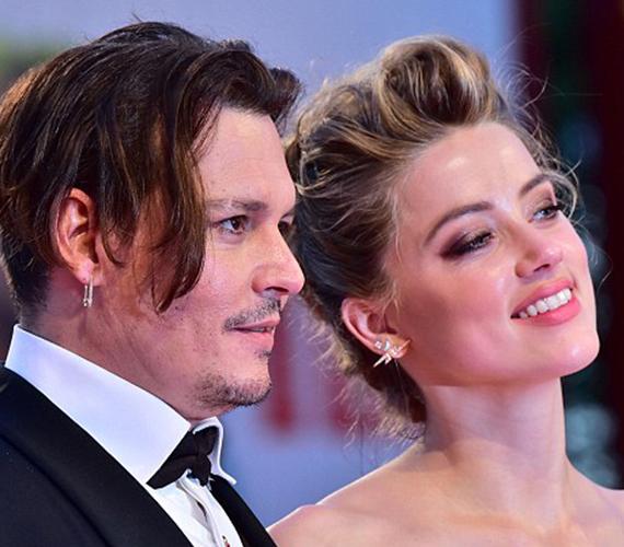 Amber Heard egyébként gyönyörű volt a premieren és úgy tűnt, tényleg nem zavarja férje kissé udvariatlan, kamaszos viselkedése.