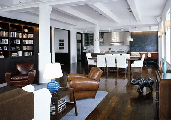 Deborah Berke építész-lakberendező minimalista stílusban alakította át a tetőteret, a hatalmas nappali-konyha fehér falai, tölgyfa padlója, jatoba könyvespolcai és sötétbarna bőrbútorai nyugalmat, letisztultságot és visszafogott luxust sugároznak.