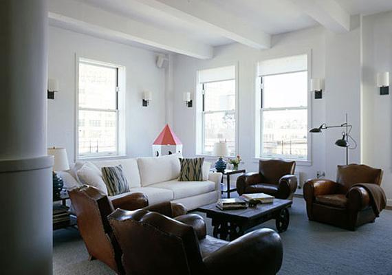 A beszélgetősarok komorságát feloldja a fehér kanapé, az ablakok pedig gondoskodnak a természetes fényről. A tetőtérben eredetileg 40 ablak volt, ezek közül néhányat befalaztak.