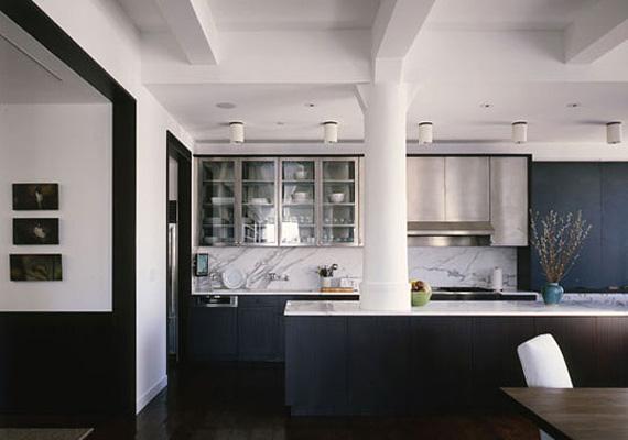 A konyha berendezésében rozsdamentes acélt és márványt is használtak, a bútorok grafitszürke árnyalatot kaptak.