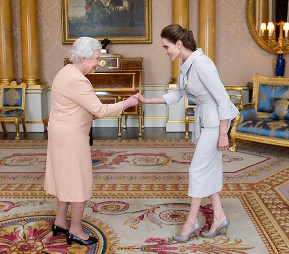 Angelina Jolie amellett, hogy az ENSZ jószolgálati nagykövete, a Menekültügyi Főbiztosság tagjaként is aktívan részt vállal a rászorulók életkörülményeinek javításában. Emellett a szexuális erőszak áldozatainak megsegítését is szívügyének tekinti, pont emiatt adományozta neki a királynő tavaly októberben a Dame brit érdemrendet, ami a lovagi érdemrend női változata.
