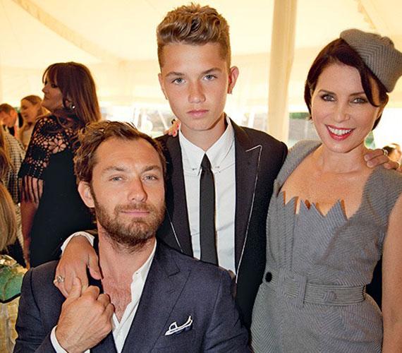 Jude Law fiával, Raffertyvel és exfeleségével, Sadie Frosttal Kate Moss esküvőjén. A kiskamasz igazi szépfiú, lányos arcú és szelíd tekintetű.