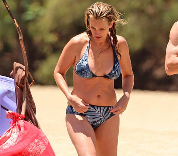 Bikinije nem a legdögösebb fazon, de korához és alakjához illő - Julia Roberts jól teszi, hogy nem akarja mindenáron felvenni a versenyt a tinisztárokkal.