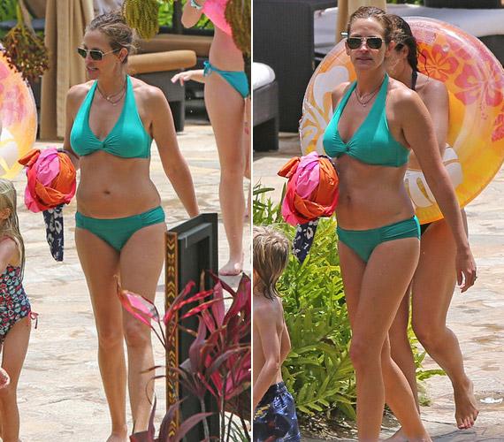 Julia Roberts 44 évesen türkiz bikiniben sétált a tengerparton.