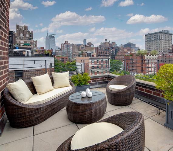 Ezen a teraszon kávézgatott New York utcái felett Julia Roberts és férje, most azonban úgy döntöttek, megválnak tőle. A fotók azért készültek, mert eladásra kínálják a lakást.