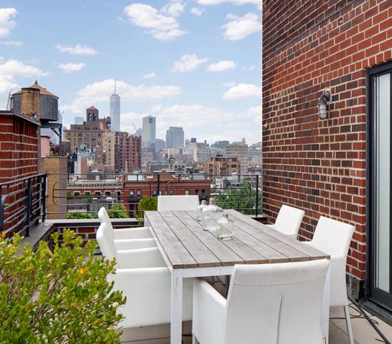A terasz másik felében elfér egy komplett ebédlő, ahol rendkívül kellemes tavaszi-nyári vacsorákat lehet tartani. A színésznő 4,5 millió dollárt kér a lakásért.