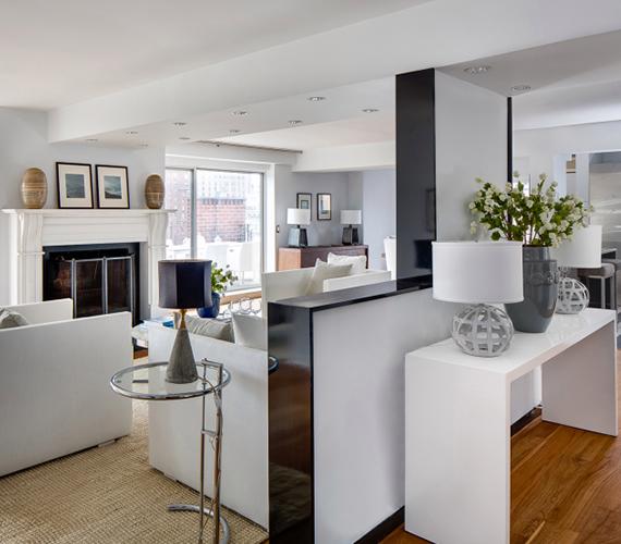 A lakásban három hálószoba és három fürdőszoba található. A lakótér összesen 200 négyzetméter, tehát az új tulajdonosnak nem kell majd attól tartania, hogy megzavarják a nyugalmát lakótársai.