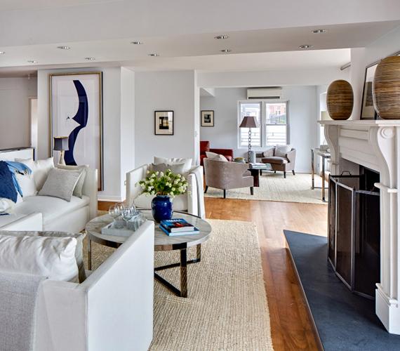 A lakás alapszínei a fehér, a vörös és a kék, ami egy kicsit olyan hangulatot teremt, mintha egy szép kikötőben lenne az ember a tengerparton. A legnagyobb nappaliban kandalló is található.
