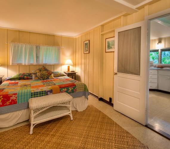 A vendégház egyetlen, ám tágas hálószobája otthonosságot sugall.