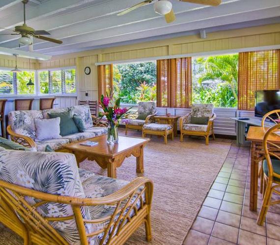 A hatalmas ablakok elegendő fényt engednek a házba, a bútorok nádból és rattanból készültek a nappaliban is, hogy a természetközeliséget még jobban hangsúlyozzák.