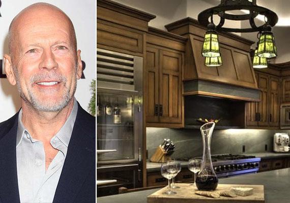 A Bruce Willis idahói házában lévő, meleg hangulatú, zömében fafelületekkel ellátott konyha otthonos légkört teremt a főzőcskéhez.