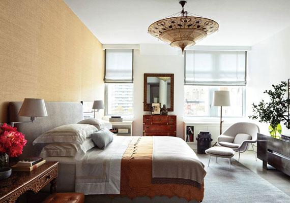 Modern és régi elemek vegyülnek a hálószobában is. A lakás összképe Vicente Wolf tervező és belsőépítész munkáját dicséri. A színésznő saját bevallása szerint megszállottja a dizájnmagazinoknak. Külön pillantást érdemel a mennyezeten található lámpa.