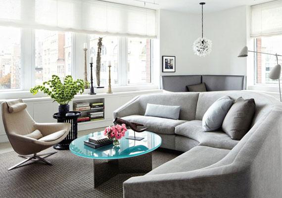 Az egész apartman világos a hatalmas ablakoknak köszönhetően, amihez a nappaliban az ugyancsak világos bútorok is hozzátesznek: szürke kanapé és szőnyeg, kecses, üveg dohányzóasztal. A párkányon afrikai faragott dísz és portugál gyarmati gyertyatartók kaptak helyet.