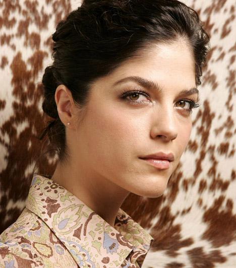 Selma BlairAz extrém frizuráiról ismert színésznőt a nagyközönség minden bizonnyal elsősorban a Kegyetlen játékokból ismeri, a vígjátékokban és drámákban egyaránt sziporkázik. Selma Blair 1972. június 23-án született.