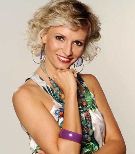 Dombóvári Vanda  Az RTL Klub mosolygós műsorvezetőjét az évek során láthattuk már a Reggeliben és a Menetrendben is, főzőtudományáról pedig a Vacsoracsatában tett tanúbizonyságot. Dombóvári Vanda 1974. június 17-én született.
