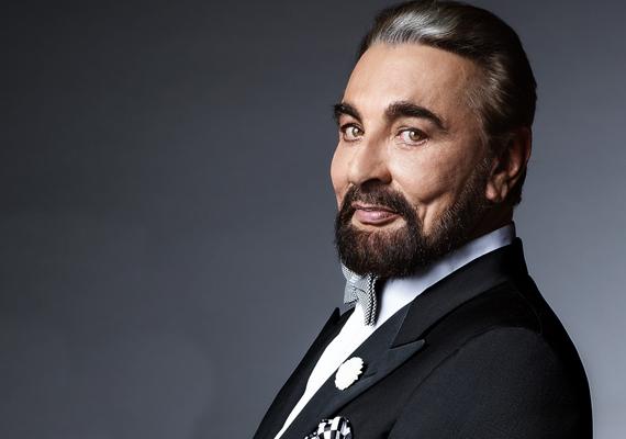 A GQ magzin néhány hónapja közölt egy interjút Kabir Bedivel, akiről több fényképet is készített az újság fotósa. Ezeken a felvételeken a sztár nem fest valami túl jól. Noha a plasztikai műtéteknek köszönhetően a színész nem néz ki 70-nek, az arca rettenetesen merevvé vált.