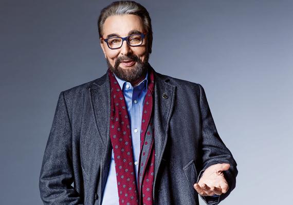Hiába a stílusos zakó, ing és a divatos szemüveg, ezek nem vonják el a figyelmet az indiai színész arcáról.