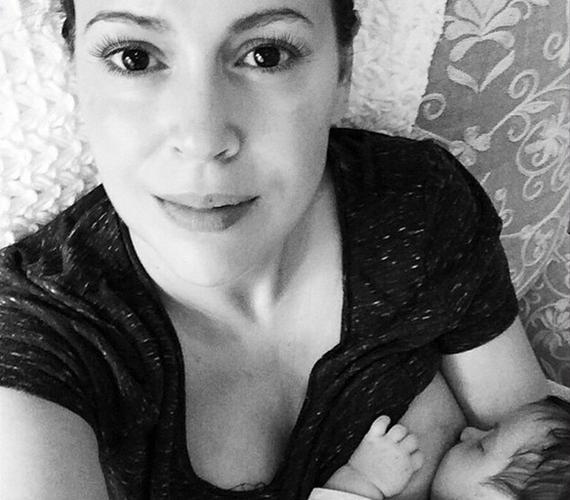 A 42 éves Alyssa Milano egyáltalán nem szégyellős, ha gyermeke szoptatásáról van szó, a meghitt pillanatokról készült képeket gyakran teszi közzé oldalán.