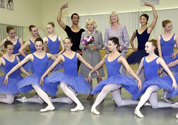 Camilla ellátogatott a Te Whaea Nemzeti Táncstúdióba, ahol a balerinák külön előadást szerveztek a tiszteletére. A hercegné nagyon zavarba jött a kedvességük miatt, a fotón is látszik, mennyire megszeppent.