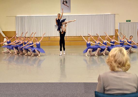 A hercegné nagyon élvezte a táncosok előadását, meghatotta, hogy külön műsorral készültek neki.