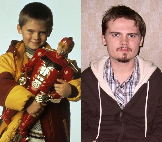 Az 1989-ben született Jake Lloyd az 1996-os Hull a pelyhes című filmben alakította Arnold Schwarzenegger kisfiát, akinek leghőbb vágya volt a Turbo Man-figura. Ezt követően a kis gyerekszínész eljátszhatta Anakin Skywalker szerepét a Star Wars: Baljós árnyak részében, a kritikusok viszont lehúzták az alakítását, ráadásul a többi gyerek is csúfolta, mindig a fénykard hangját utánozták, amikor a közelükben volt. 2002-ben fel is hagyott a színészettel, állítólag még a Star Wars-os relikviáit is kidobta a kukába.