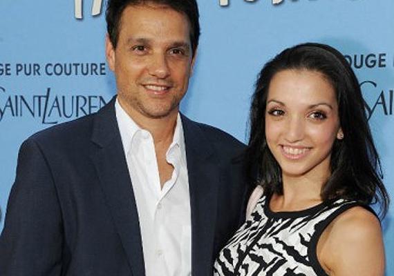 A színész és gyönyörű lánya, Julia együtt mosolyognak a kameráknak a Papírvárosok premierjén.