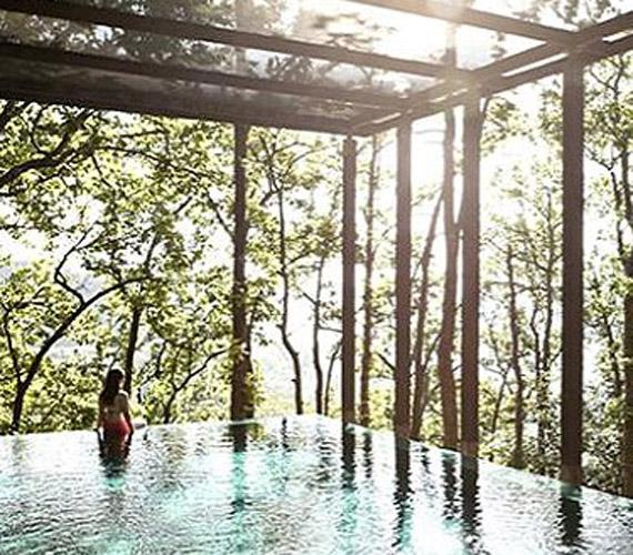 A hotel egyik legimpozánsabb úszómedencéjét kedvükért teljesen kiürítették, így kettesben élvezhették a természet nyugalmát.