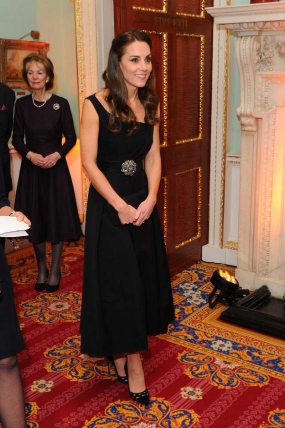 A hercegné ilyen káprázatosan festett ebben a fekete estélyi ruhában, amit a csillogó öv dobott fel. Frizurája is fantasztikus volt, remekül állt neki ez a hátratűzött stílus.