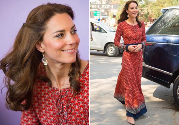 Új-Delhi utcáin már ezt a kényelmes, tűzpiros ruhát viselte a hercegné. Jó választás volt, ugyanis Katalin nem bírt magával, és később megállt játszani az utcagyerekekkel.
