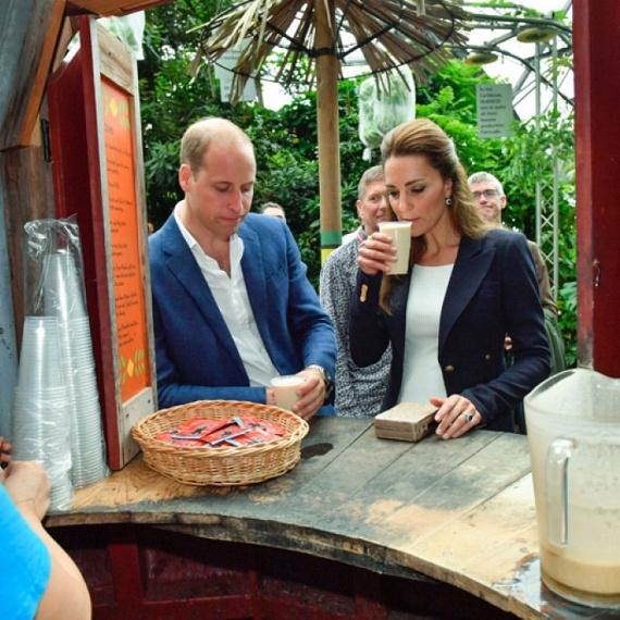 Egy kisebb bódénál is megálltak, ami rummal megspékelt alkoholos italokat kínált. A csinos Katalinnak persze nem kellett fizetnie a finom koktélért.