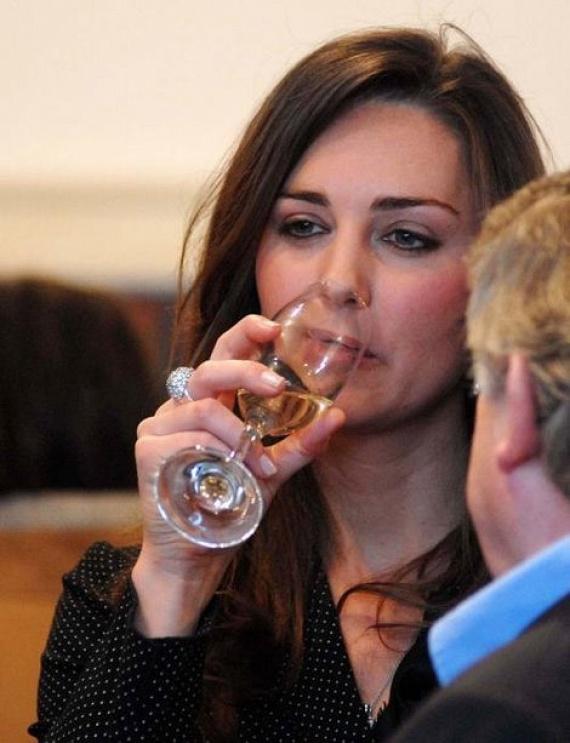 Mindannyian egyet tudunk érezni Katalin hercegnével, akin látszik, hogy annyira pocsék napja volt, hogy csak egy pohár pezsgő tudja jobbá tenni.