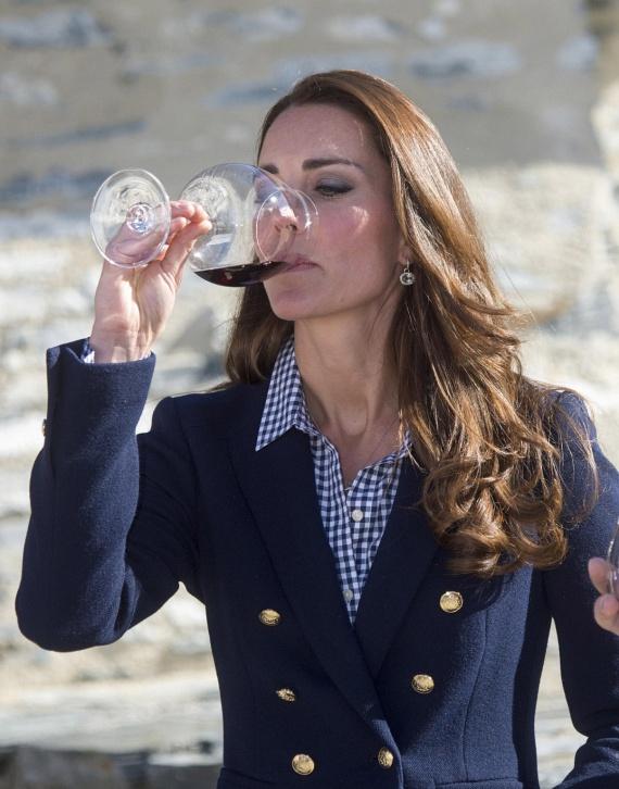 A borvidéken is szívesen kóstolgatta a különféle szőlőfajtákból készült alkoholos nedűket - természetesen hercegnős eleganciával.